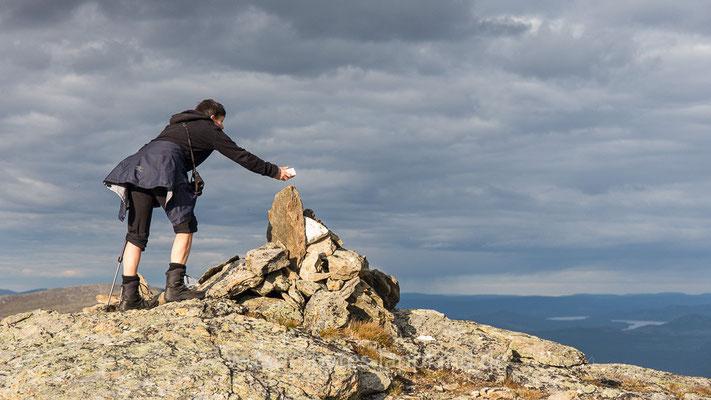 Schutz vor boshaften Trollen - Steffi legt Steine auf das Steinmännchen