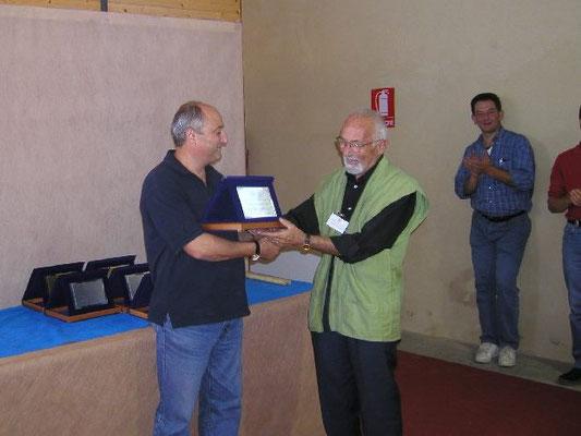 Menegatti consegna il 3° premio cat. Latifoglie a Giovanni Genotti - Bonsainsieme