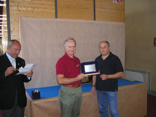 Menegatti consegna il 2° premio cat. Latifoglie a Claudio Coppa - Bonsai Club Torino