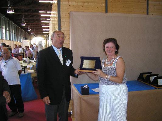 Mariangela Chiapponi consegna il 1° premio cat. Latifoglie a Gianpaolo Scoglio