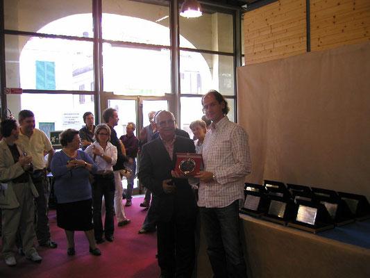 Vito Di Venere presidente A.I.A.S. consegna il 1° Premio Conifere cat. Amatori a Giovanni Cattaneo - Amici del Bonsai Castellanza