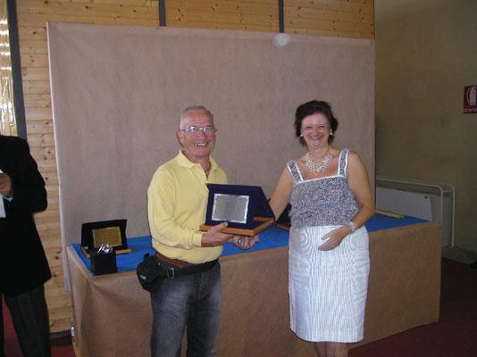 Mariangela Chiapponi consegna il 3° premio cat. Conifere a Luigi Garlaschi - Nippon Bonsai Club