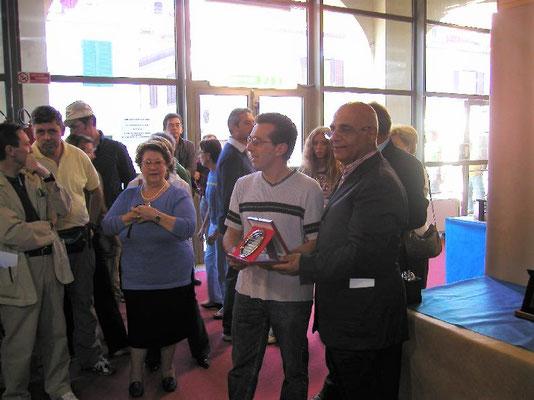 Vito Di Venere presidente A.I.A.S. consegna il 1° Premio Latifoglie cat. Amatori al Bonsai Club Somma