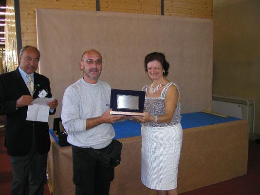Mariangela Chiapponi consegna il 2° premio cat. Conifere a Paolo Scarafiotti - Arte Bonsai Club Novara