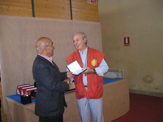 Vito Di Venere presidente A.I.A.S. consegna il Premio IBS Suiseki a Marco Favero - Bonsainsieme