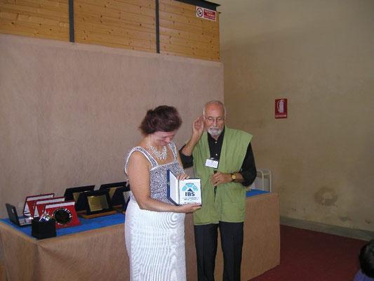 Giovanni Genotti consegna il Premio IBS Bonsai a Mariangela Chiapponi - Bonsai Blu