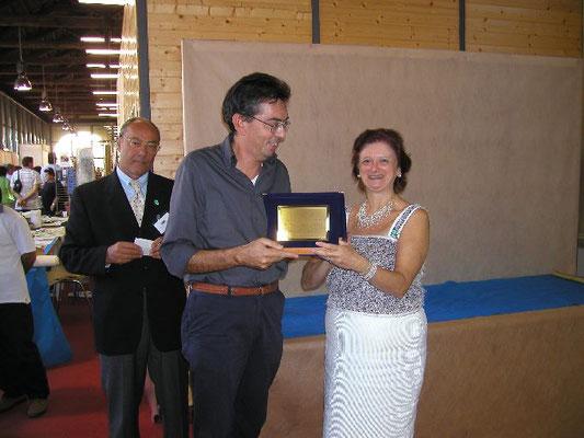 Mariangela Chiapponi consegna il 1° premio cat. Conifere al rappresentante del Nippon Bonsai Club
