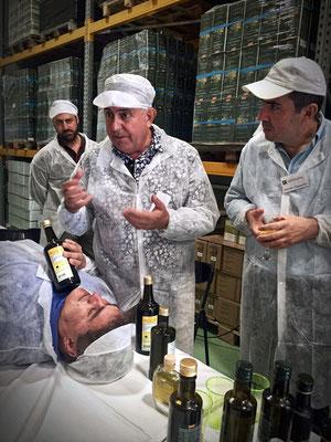 Einer der Olivenanbauer ist auch Arzt und alternativer Mediziner