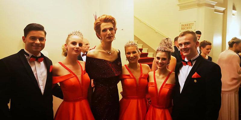 MEGY B. und Debütanten in einem Kleid von Mandel Fashion Berlin SemperOpernball 2020