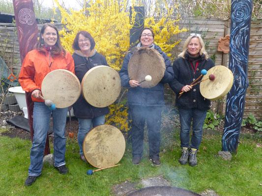 Lena, Christiane, Anja, Gundula und die Trommel von Thorsten unten im Bild