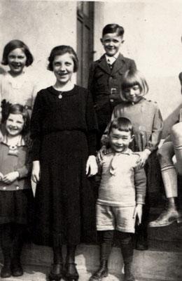 Franz ( Bild oben ) auf den Seiteneingang zu seinem Elternhaus