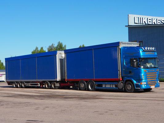 riesige Trucks mit Anhänger