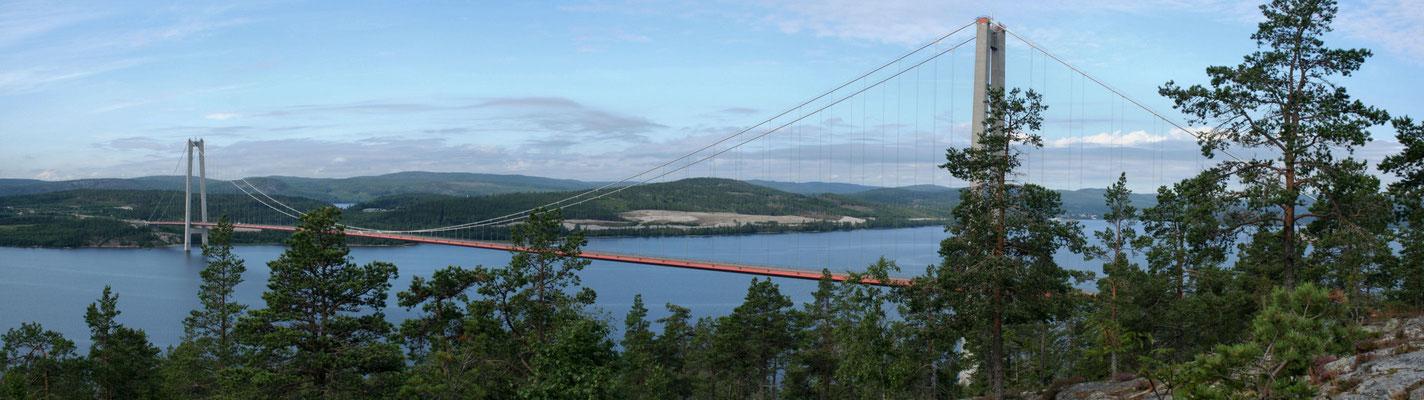 Högaküst Brücke bei schönem Wetter