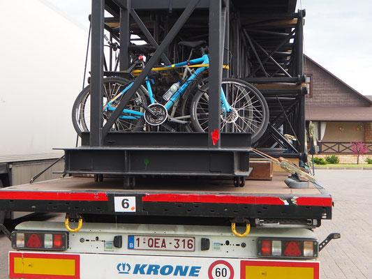 Diese belgischen LKW-Chauffeure haben sogar die Fahrräder dabei