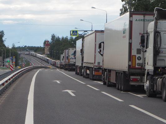 lange LKW-Kolonnen an der russisch-lettischen Grenze