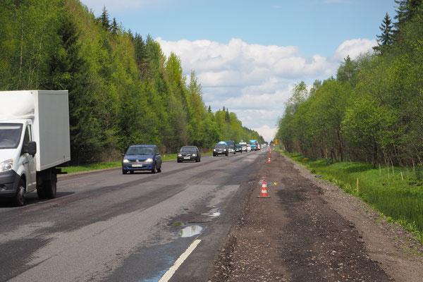 viel Verkehr Richtung Sankt Petersburg