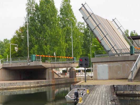 Diese Brücke ging nach der Schiffsdurchfahrt nicht mehr runter, Umweg gefahren