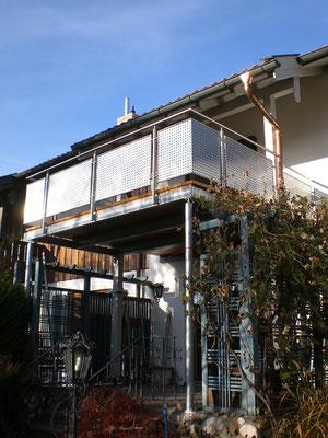 Erweiterung eines bestehenden Balkons mit Edelstahlgeländer und Lochblechfüllung (ebenfalls Edelstahl)