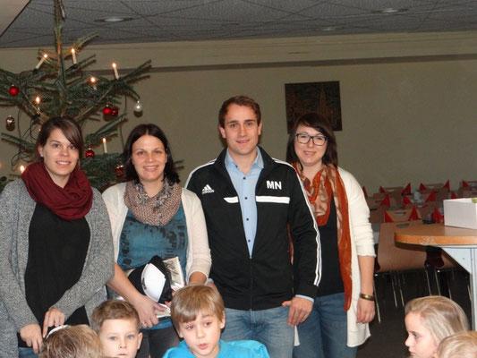 Das Trainer-Team der F-Junioren(Patricia Legl, Annabell Eckl, Melanie Käsbauer) mit den Verantwortlichen