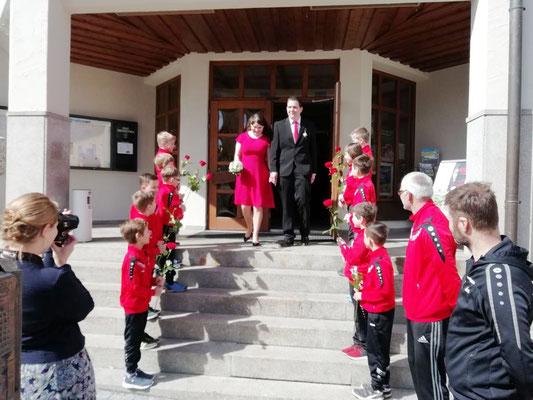 Die Spieler der F-Junioren gratulierten dem Brautpaar zur standesamtlichen Hochzeit