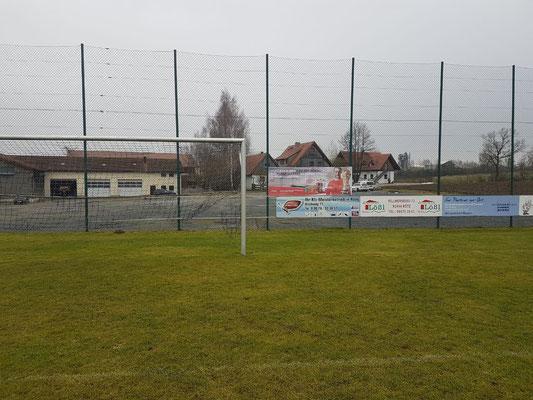 Der TSV macht mit einem Banner am Fußballplatz auf die Aktion aufmerksam