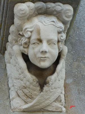 Socle de statue de chaque côté du portail de l'Église