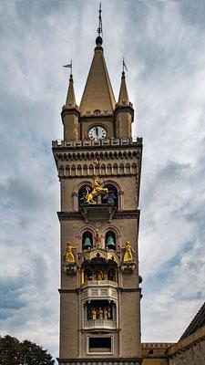 Immer um 12 Uhr kann man am Glockenturm des Doms ein besonderes Schauspiel erleben, Messina, Sizilien