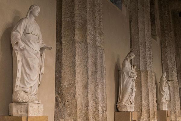Im Dom sieht man die dorischen Säulen eines antiken römischen Tempels, auf dessen Grundmauern der Dom errichtet wurde. Ortigia, Srakus, Sizilien