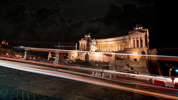Auch nachts eine viel befahrene Strecke - rund um die Piazza Venezia