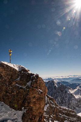 Das in der SOnne funkelnde Gipfelkreuz der Zugspitze