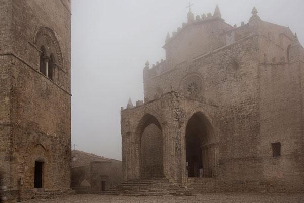 In einer Wolke gefangen - Der Dom zu Erice auf dem Hochplateau bei Trapani, Sizilien