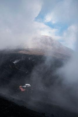 Die Wolken hüllen den ca. 3.300m hohen Vulkan immer wieder ein, sie Sicht ändert sich ständig, Ätna, Sizilien