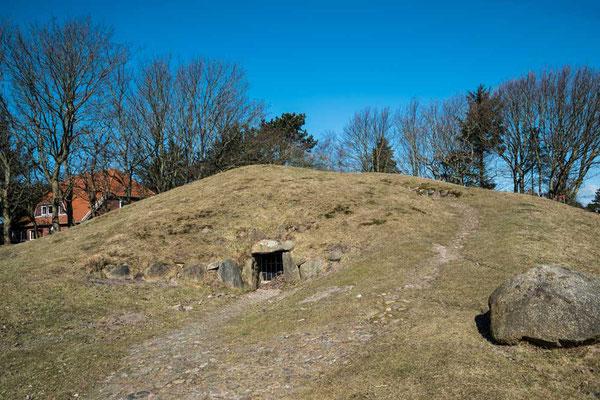 Denkhoog - ein grüner Hügel mit Fenster in der Winterpause (Nov-März), sonst ein auch von innen zu besichtigendes Hügelgrab, Sylt