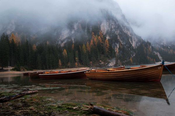 Die Ruderboote vom Pragser Wildsee warten darauf, in ihr Winterquartier gebracht zu werden