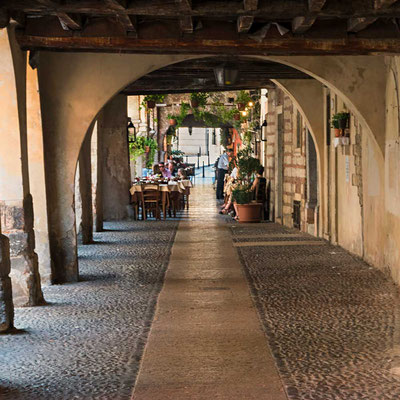 Lauschige Laubengänge in der Altstadt (Verona, Venezien, Italien)