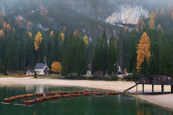 Mystische Stimmung mit Nebel und Herbstfarben am Pragser Wildsee