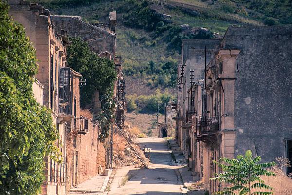 Die Hauptstraße von Poggioreale, Sizilien (nur mit Guide zu besichtigen)