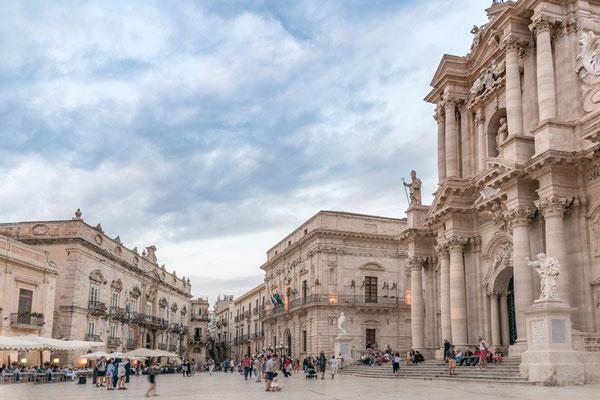 Erhaben thront der Dom an der zentralen Piazza in Ortigia, Syrakus, Sizilien