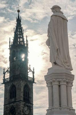 Bozens Dom mit der Statue des Walther von der Vogelweide