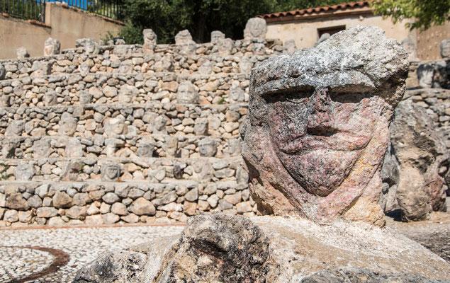 Castello Incantato - hier hat sich der Künstler Filippo Bentivegna (1888–1967) verewigt und hunderte GEsichter und Fratzen in Stein gemeißelt und im Garten verteilt., Scicca, Sizilien