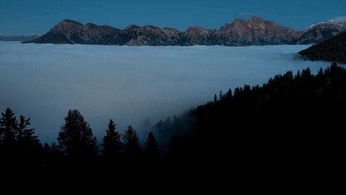 Auf dem Heimweg bietet sich uns ein grandioser Blick auf das Nebelmeer im Tal