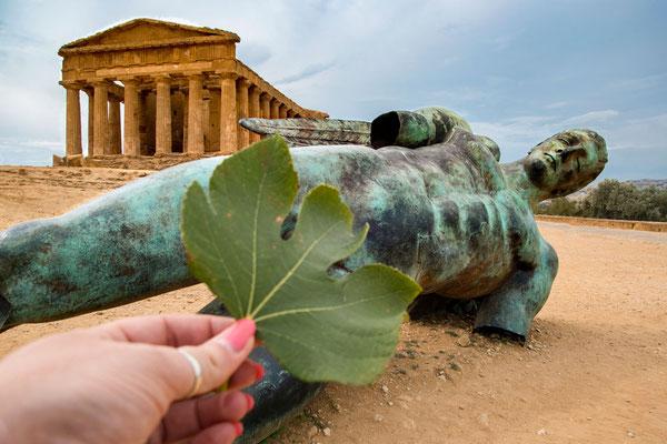 Jugendfreie Version der Statue von einem der Tempel im Tal der Tempel von Agrigent, Sizilien