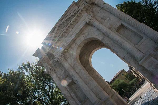 Zu Ehren der Familie Gavi errichtet - Der Arco dei Gavi aus Veroneser Mamor (Verona, Venezien, Italien)