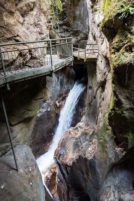 Orrido di Bellano - beeindruckend mit welcher Kraft das Wasser sich über Jahrhunderte durch den Felsen gefressen hat und welch wunderbare Landschaft dabei geschaffen wurde, Comer See Region, Lombardei, Italien