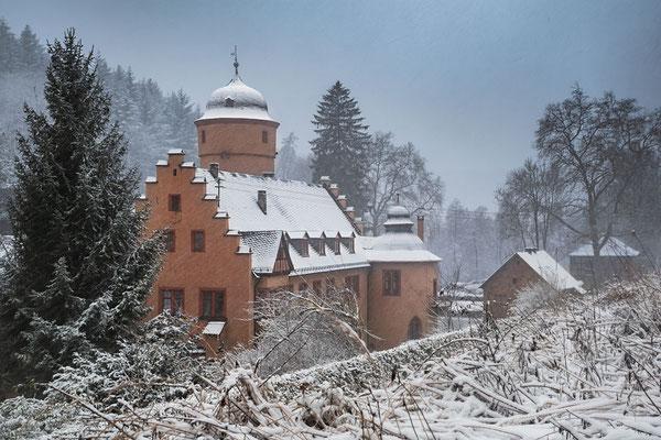 So sieht man Schloß Mespelbrunn selten, aus dem Wald kommend schaut man auf die Rückseite des Schloßes