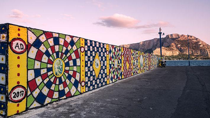 Farbenfroh bemalt - die Kaimauer am Hafen von Mondello, Palermo, Sizilien