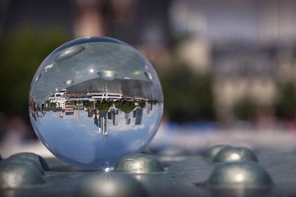 Auch die Bankenstadt Frankfurt/Main steht in der Glaskugel Kopf