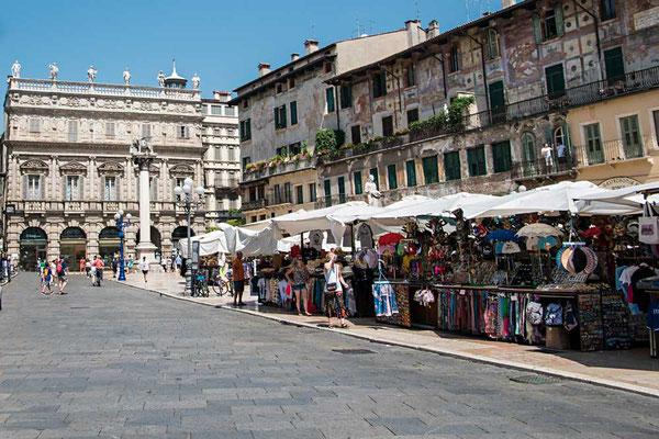 Von Snack bis Souveniers - an den Marktständen auf der Piazza delle Herbe wird man sicher füdig. (Verona, Venezien, Italien)