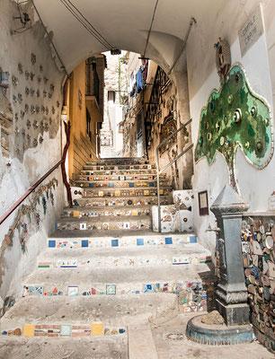 Aus Abfall wird Kunst - in einem Hinterhof in Sciacca, Sizilien, wird Recycling auf sehr bunte und schöne Art betrieben.