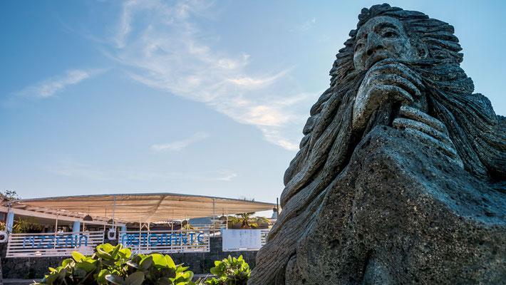 Aeolus, Gott des Windes, in Basaltstein gehauen, auf der Piazza in Porto di Levante, Vulcano, Äolische Inseln, Sizilien